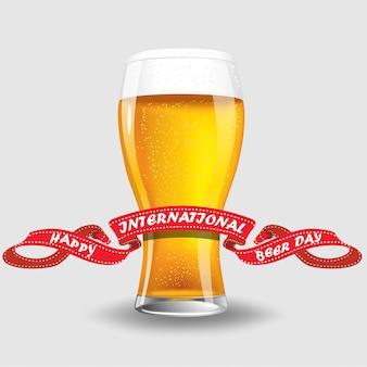 Bicchiere di birra isolato su bianco
