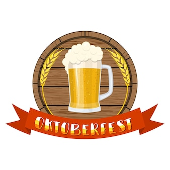 Bicchiere di birra su un barile di legno.