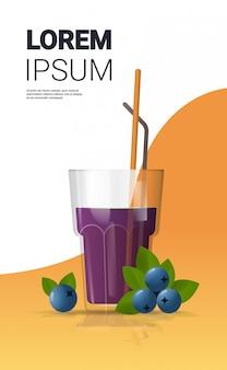 Bicchiere di succo di mirtillo fresco con spazio copia verticale di paglia e bacche