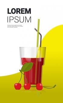 Bicchiere di succo di ciliegia fresca con spazio copia verticale di paglia e bacche