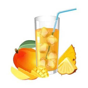 Bicchiere di succo fresco con cubetti di ghiaccio e paglia, mango sano e ananas