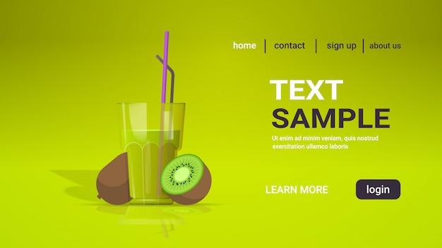 Bicchiere di succo di kiwi fresco con paglia e frutta affettata copia spazio orizzontale