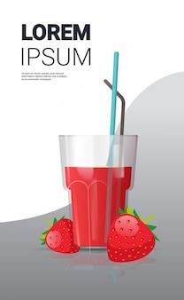 Bicchiere di succo di fragola fresca con spazio copia verticale paglia e bacche