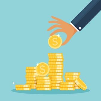 Vaso di vetro pieno di monete d'oro e mano crescita reddito risparmio investimento simbolo di ricchezza