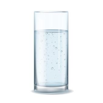 Bicchiere con bolle d'acqua. prodotto naturale della bevanda dell'acqua minerale isolato