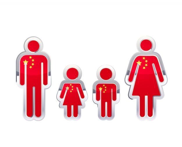 Icona lucida del distintivo del metallo nelle forme dell'uomo, della donna e dei bambini con la bandiera della cina, elemento infographic su bianco