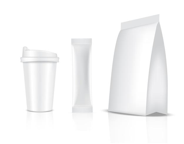 Bustina e tazza lucide del bastone isolate su fondo bianco. concetto di confezionamento di alimenti e bevande.
