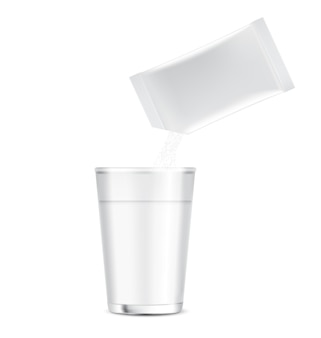 Mockup bustina stick lucido e versare la polvere in una tazza d'acqua
