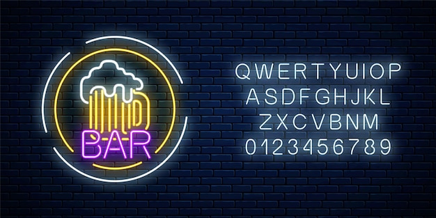 Insegna luminosa al neon del pub della birra nei telai del cerchio con l'alfabeto sul muro di mattoni scuri