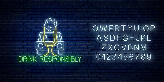 L'insegna al neon incandescente della bevanda chiama responsabilmente con la sagoma dell'auto e un bicchiere di birra con l'alfabeto. prevenire la guida in stato di ebbrezza