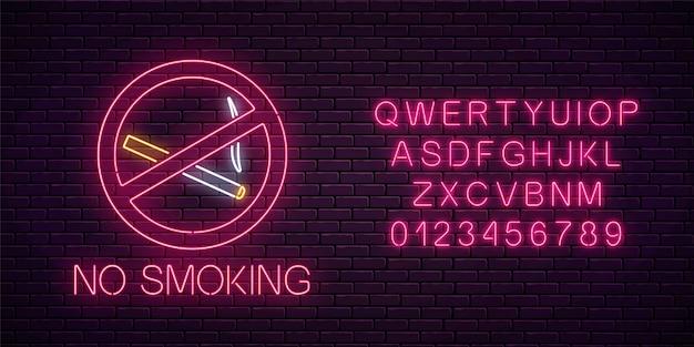 Insegna al neon incandescente per non fumatori con alfabeto sul muro di mattoni scuri della discoteca o del bar. divieto di sigarette