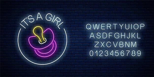 Insegna al neon incandescente con congratulazioni per la nascita di una bambina con alfabeto sul muro di mattoni scuri.