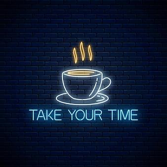 Insegna al neon incandescente con una tazza di caffè e prenditi il tuo tempo testo. chiama per rilassarsi simbolo.