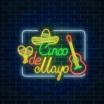 La festa al neon d'ardore di sinco de mayo firma dentro la struttura di rettangolo sul fondo scuro del muro di mattoni. volantino del festival messicano.
