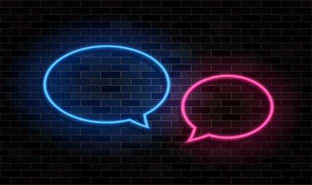 Bolla di discorso al neon incandescente sul fondo del muro di mattoni neri.