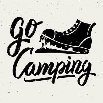 Andare in campeggio. stivale turistico. frase scritta disegnata a mano su fondo bianco. elemento per poster, biglietto di auguri. illustrazione