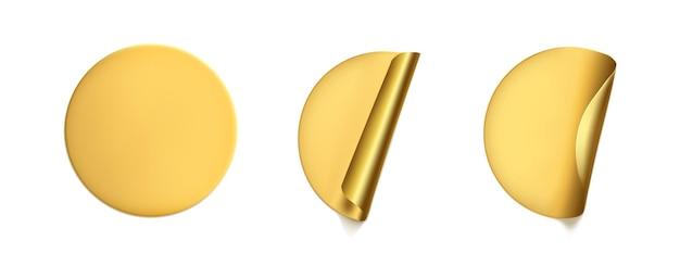 Adesivi stropicciati rotondi dorati con set di mock up con angoli scrostati. etichetta adesiva in lamina dorata o plastica adesiva con effetto stropicciato su fondo bianco. tag etichetta modello vuoto. vettore realistico 3d.
