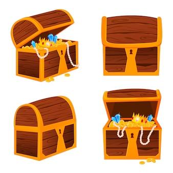 Tesori d'oro con diamanti costosi e corone di lusso nella vecchia cassa di legno e sacchetti di tessuto isolati