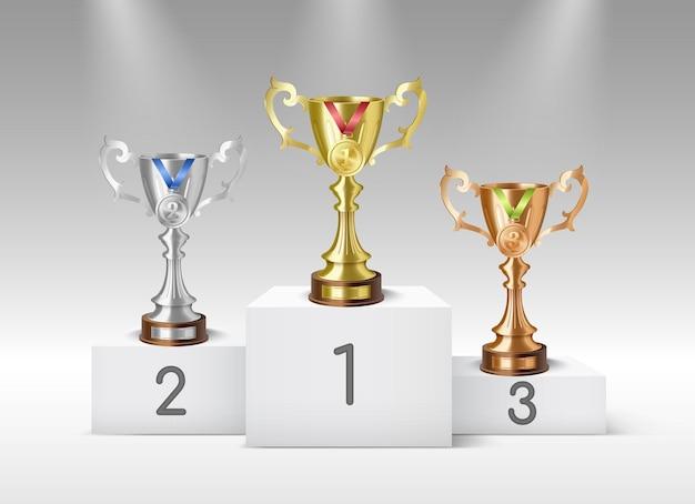 Le coppe del trofeo in bronzo argento dorato stanno sul podio del premio