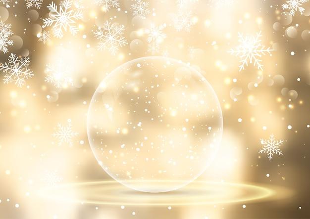 Bolla di neve dorata su sfondo natalizio