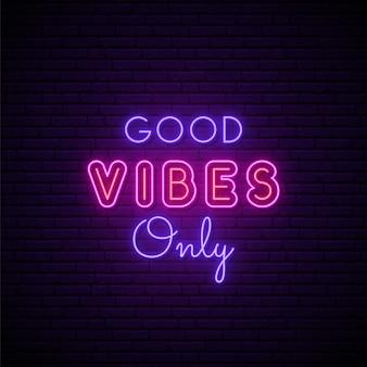 Good vibes solo insegna al neon.