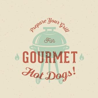 Modello d'annata della carta, del manifesto o dell'etichetta dei hot dog della griglia gastronomica con tipografia e struttura misera. effetto stampa retrò