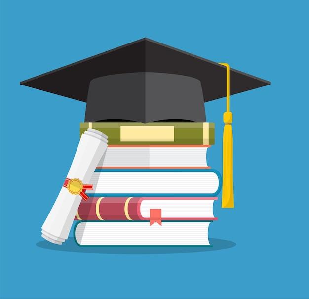 Tappo di laurea su libri impilati, tavola di mortaio con pila di libri e diploma