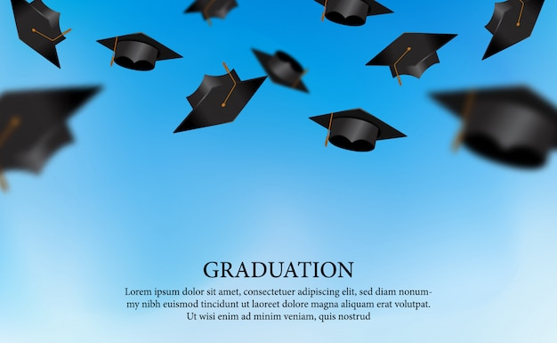 Il concetto di graduazione con i cappucci trow al cielo per il diploma dell'accademia