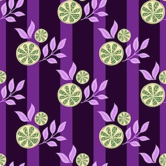 Fette di limone verde e foglie ornamento verde senza cuciture. sfondo a righe viola. stampa di alimenti biologici. illustrazione di riserva. disegno vettoriale per tessuti, tessuti, confezioni regalo, sfondi.