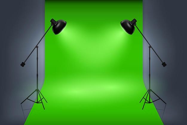Interno dello studio dello schermo verde con i riflettori. lavoro professionale di studio fotografico vuoto