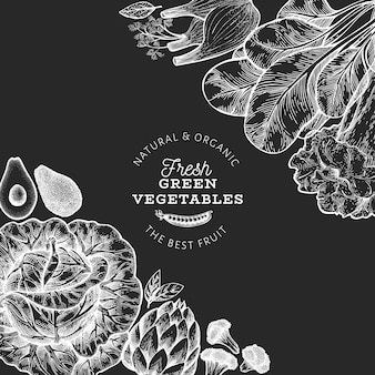 Modello di progettazione di verdure verdi. illustrazione disegnata a mano dell'alimento di vettore sul bordo di gesso. cornice vegetale in stile inciso.