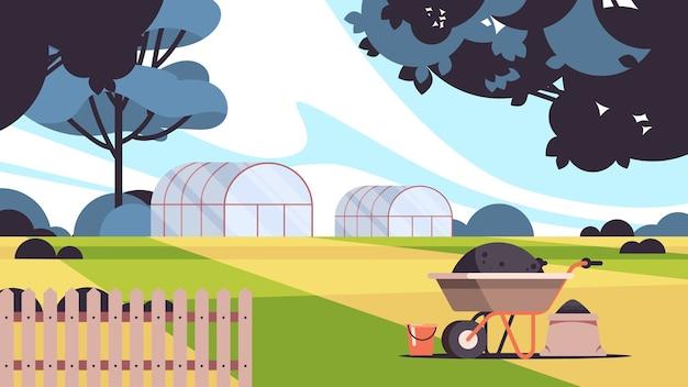 Costruzione di serra agricoltura biologica eco agricoltura concetto di agricoltura rurale paesaggio di campagna illustrazione vettoriale orizzontale