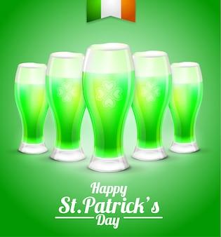 Biglietto di auguri con un bicchiere di birra su uno sfondo verde