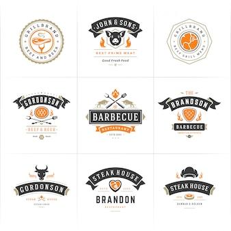 I loghi di barbecue e barbecue impostano distintivi di menu di steak house o ristorante con sagome di cibo barbecue