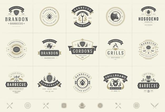 Il logos del barbecue e della griglia ha messo i distintivi del menu dello steakhouse o del ristorante dell'illustrazione di vettore con l'alimento del bbq