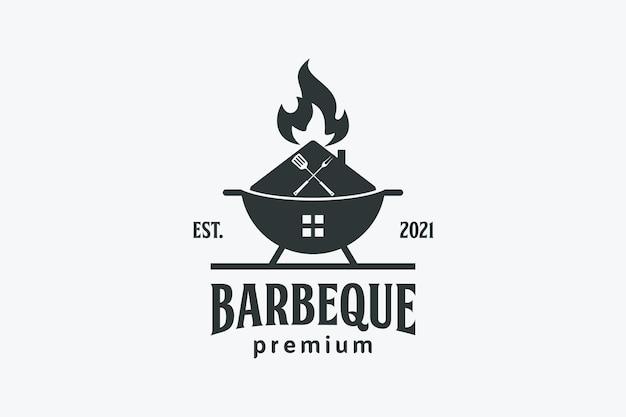 Design del logo della casa e del ristorante con barbecue alla griglia