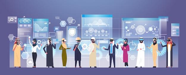Gruppo di gente di affari araba che indossa i vetri moderni 3d facendo uso del concetto futuristico di tecnologia di realtà virtuale dell'interfaccia utente