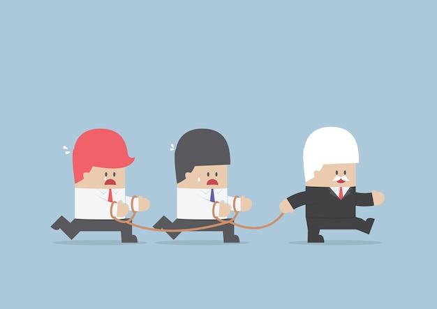 Gruppo di schiavi d'affari seguendo l'uomo d'affari leader