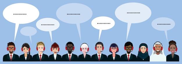 Gruppo di call center, assistenza clienti, helpdesk o concetto di servizio. persone di nazionalità diverse. personaggio dei cartoni animati o design piatto