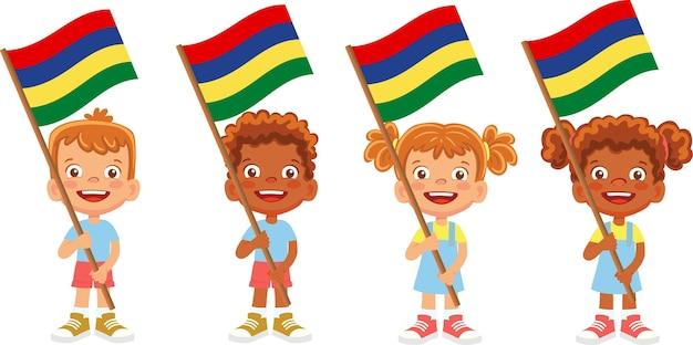 Gruppo di bambini che tengono la loro illustrazione della bandiera nazionale