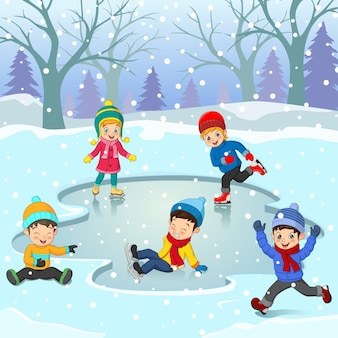 Gruppo di bambini in abiti invernali che giocano pista di pattinaggio sul ghiaccio