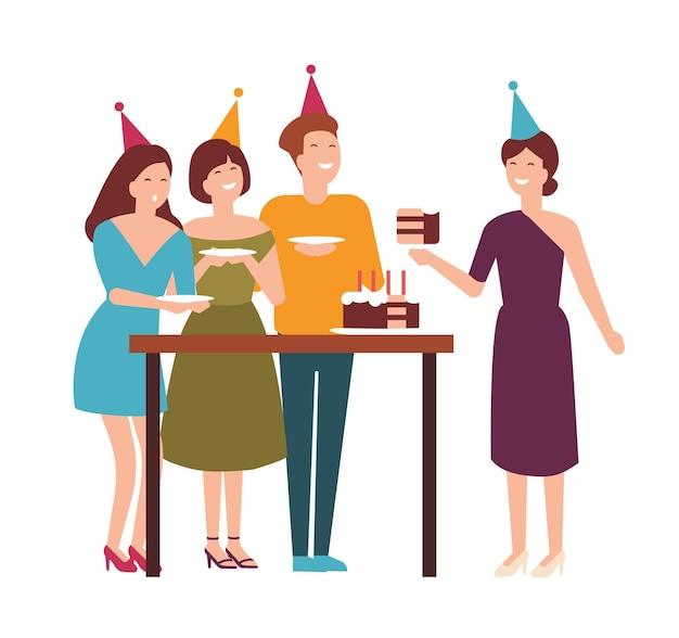Gruppo di persone carine e gioiose che tagliano, assaggiano una torta festiva e festeggiano il compleanno. felice l'uomo e le donne che si godono la festa. delizioso dessert celebrativo. illustrazione vettoriale in stile cartone animato piatto.