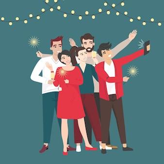 Gruppo di amici che festeggiano il nuovo anno e si fanno selfie insieme