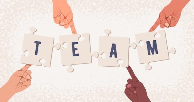 Gruppo di mani che raccolgono puzzle con la parola squadra. concetto di team building o lavoro di gruppo.