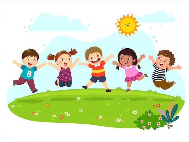 Gruppo di bambini felici che saltano sul prato estivo.
