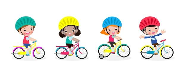 Gruppo di bambini felici che guidano le biciclette