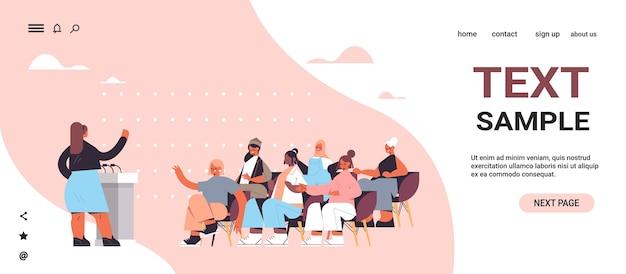 Gruppo di amici di sesso femminile di razza mista che discutono durante la riunione nel club femminile ragazze che si sostengono l'un l'altro unione di femministe concetto orizzontale a figura intera copia spazio illustrazione vettoriale