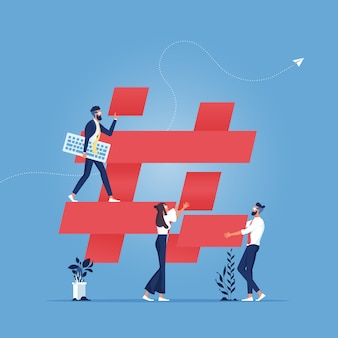 Un gruppo di persone costruisce l'icona hashtag: il concetto di social media marketing