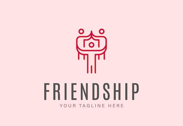 Gruppo di persone riunite con segni di cuore come simbolo di amicizia