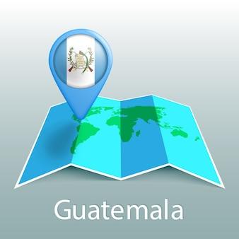 Mappa del mondo di bandiera del guatemala nel pin con il nome del paese su sfondo grigio